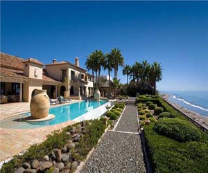 featured posts image for Imposing beachfront villa in Los Monteros