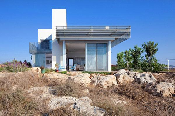 featured posts image for Imposing contemporary home on the Mediterranean Sea
