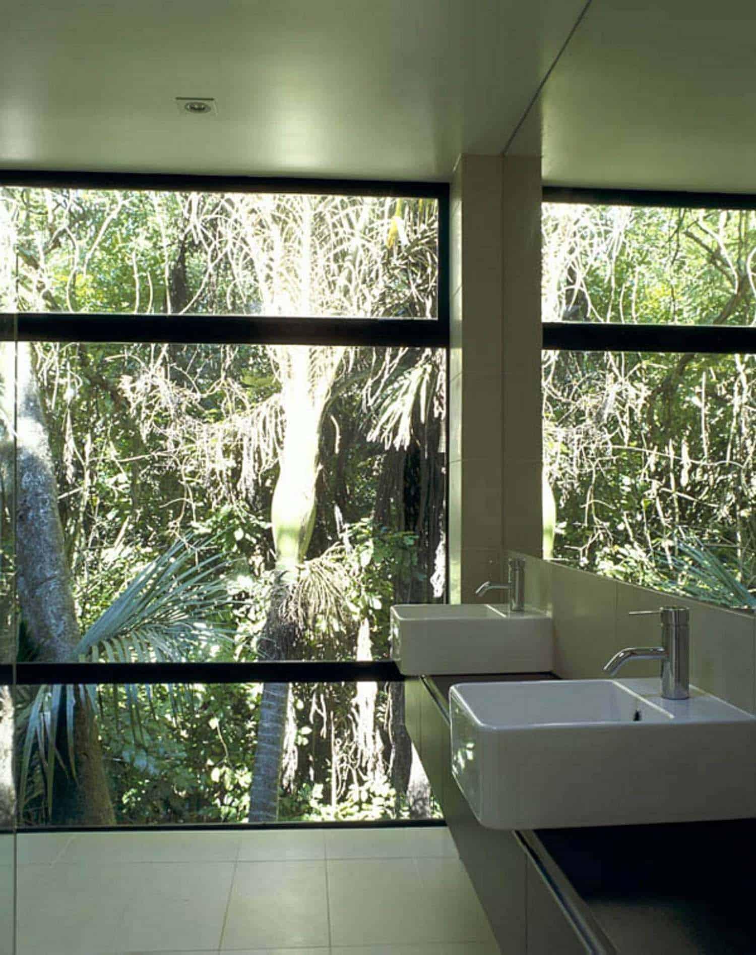modular-glass-house-bathroom