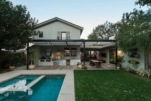 featured posts image for Contemporary barn house with inviting backyard