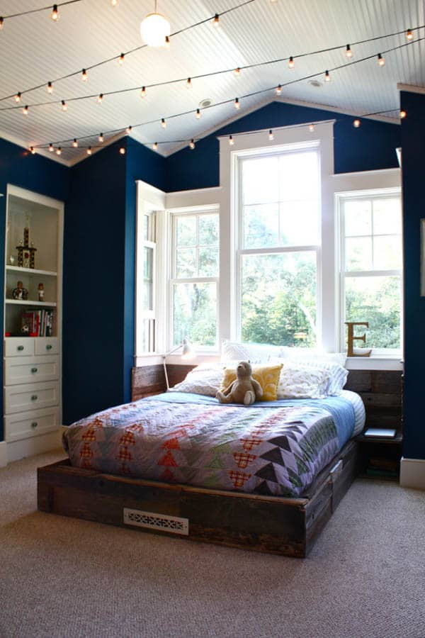 https://cdn.onekindesign.com/wp-content/uploads/2013/12/Christmas-Lights-in-Bedroom-62-1-Kindesign.jpg