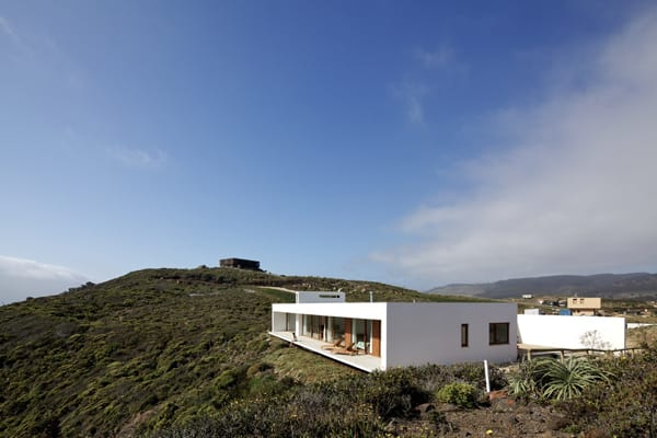 featured posts image for Oceanfront property nestled cliffside in Chile: Tunquen House