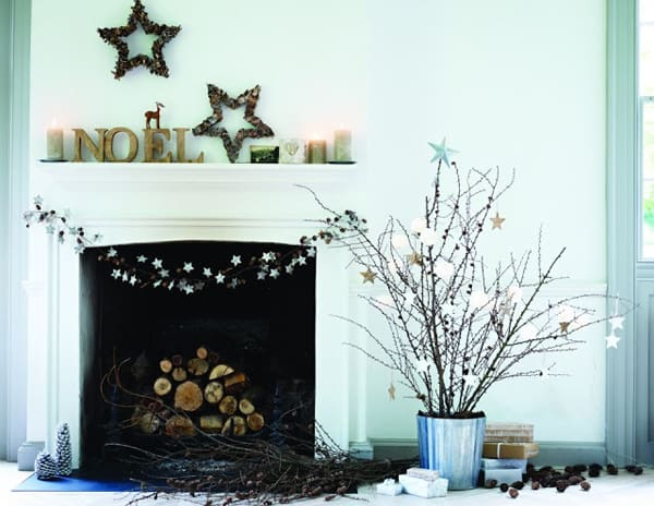 Modern Christmas Decorated Living Rooms-45-1 Kindesign
