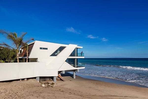 featured posts image for Weekend house built over the waves and sand of Malibu Beach