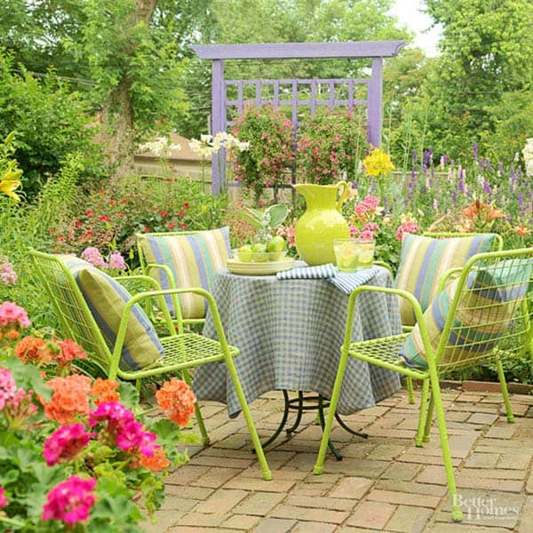 15 Small Backyard Designs Efficiently Using Small Spaces: Summer Fun In The Sun: 41 Playful Outdoor Living Spaces