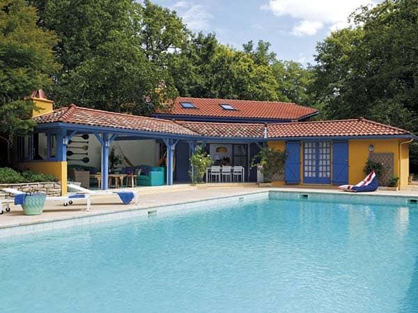 Mediterranean-Style-Pool-House-Melian-Randolph-01-1 Kindesign