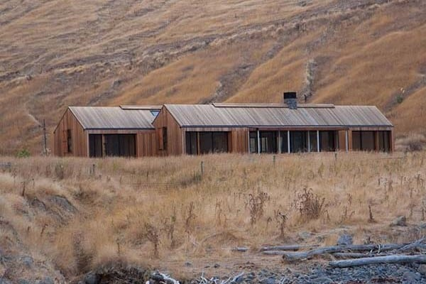 featured posts image for Contemporary farmhouse surrounded by rugged beauty in New Zealand
