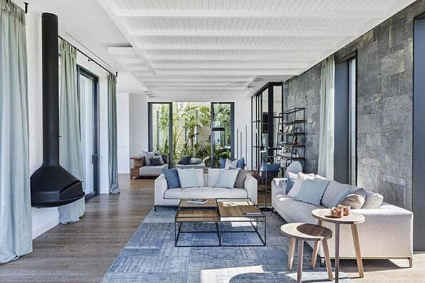 featured posts image for Stylish dwelling with serene interiors along the Mediterranean Sea