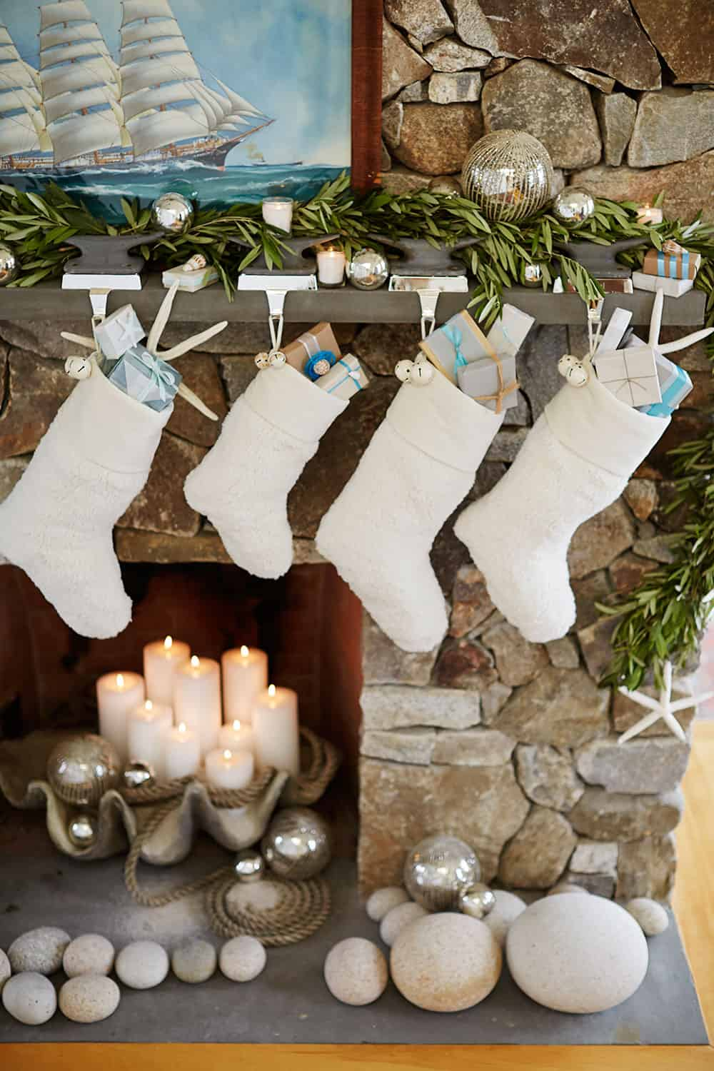 Christmas Mantel Decorating Ideas-45-1 Kindesign