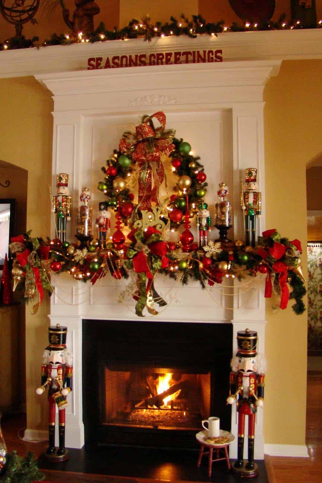 Christmas Mantel Decorating Ideas-48-1 Kindesign