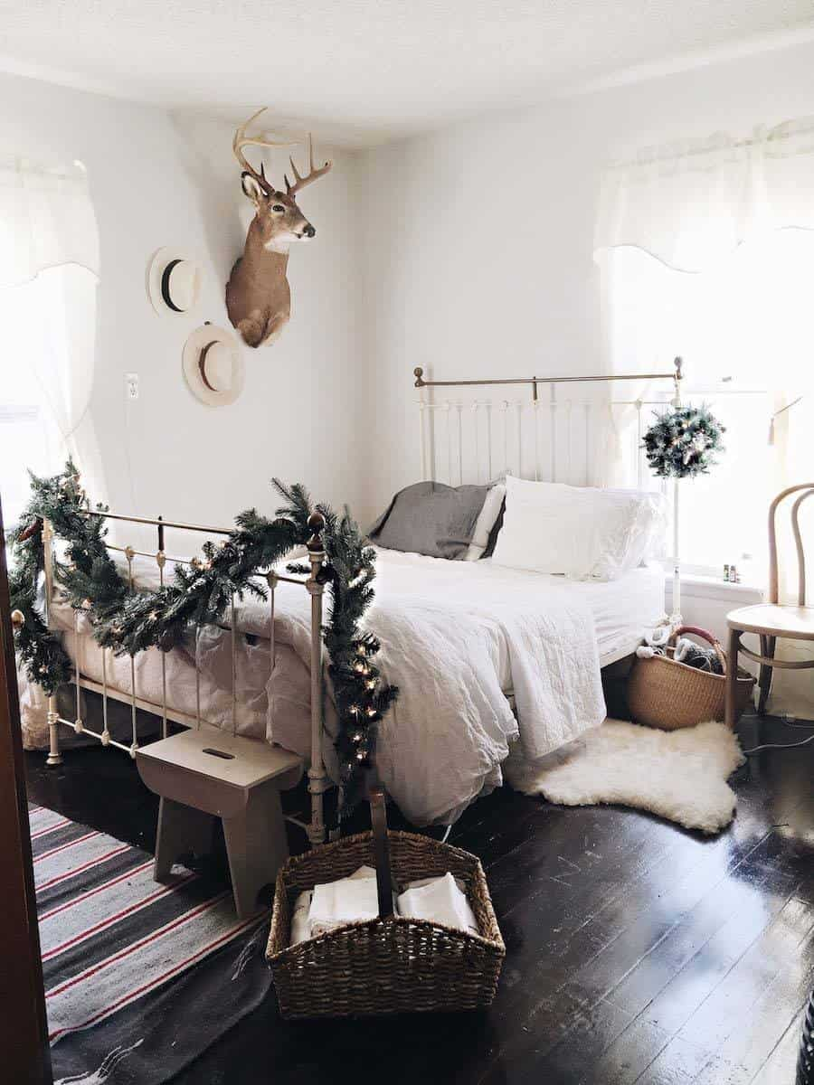 Christmas Decorated Spaces-41-1 Kindesign