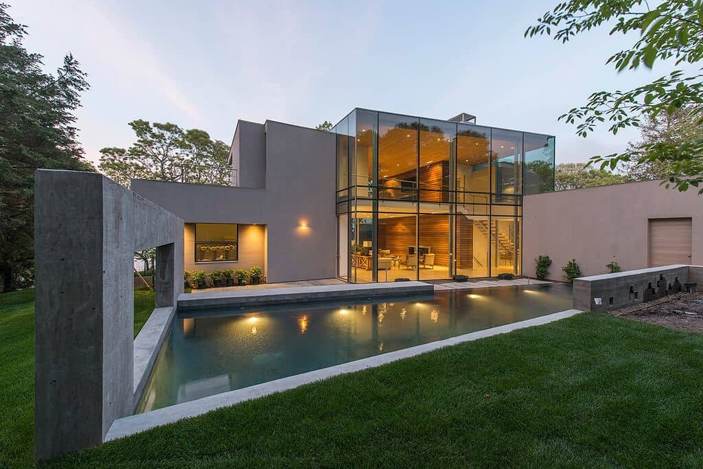 Striking east hampton property engages with its surroundings for Casa moderna hampton hickory