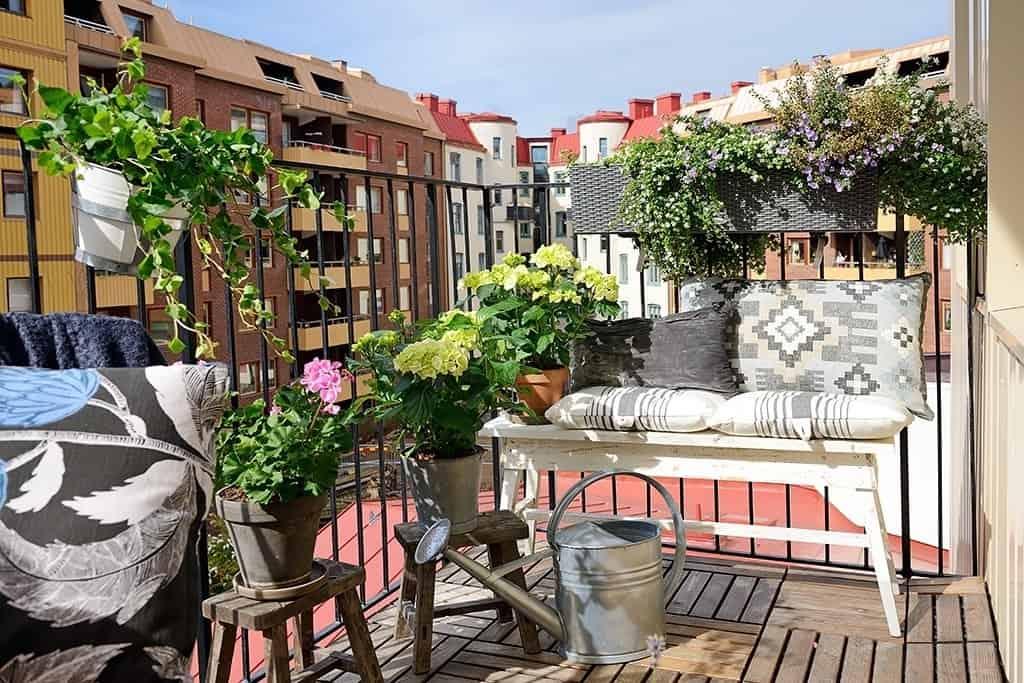 Fabulous-Spring-Balcony-Decor-Ideas-23-1 Kindesign