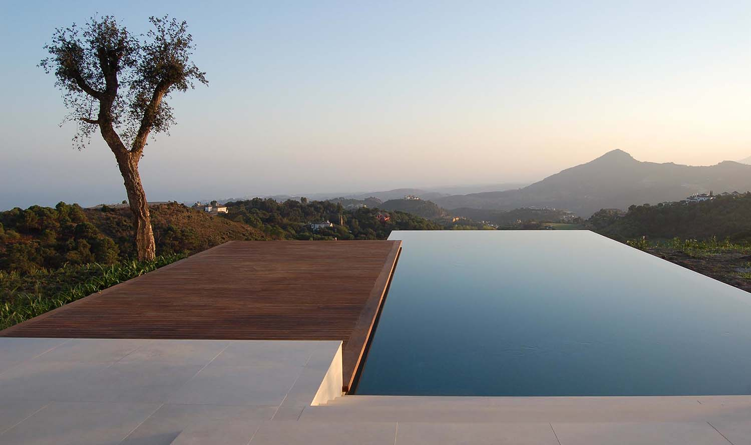 40 absolutely spectacular infinity edge pools - Infinity edge swimming pool ...