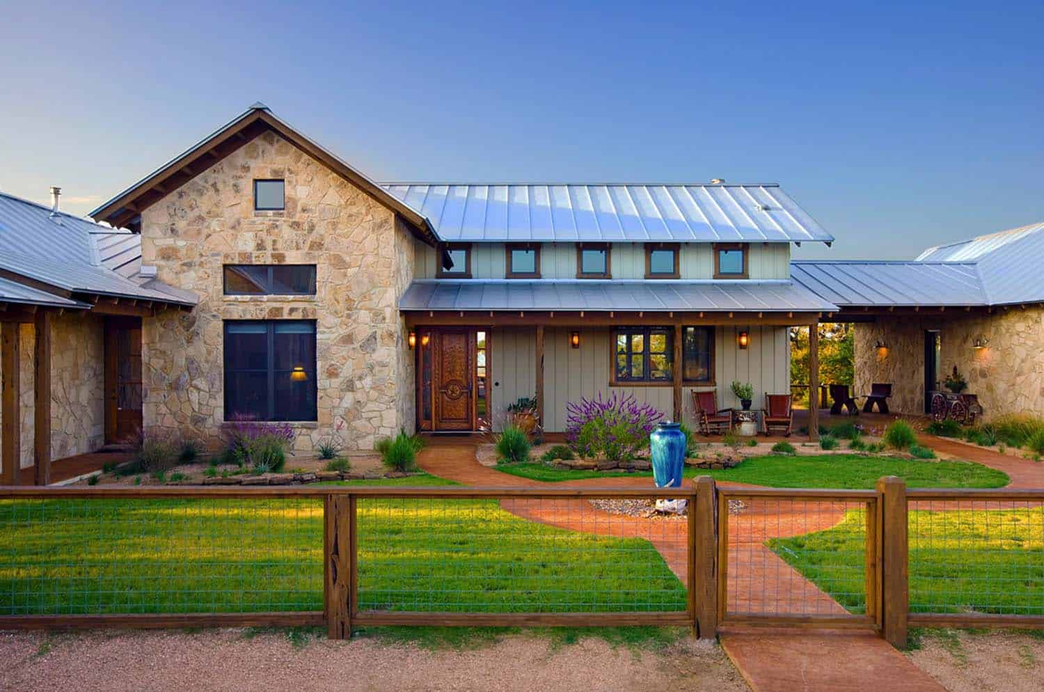 Ranch House-Barn-Burleson Design Group-03-1 Kindesign
