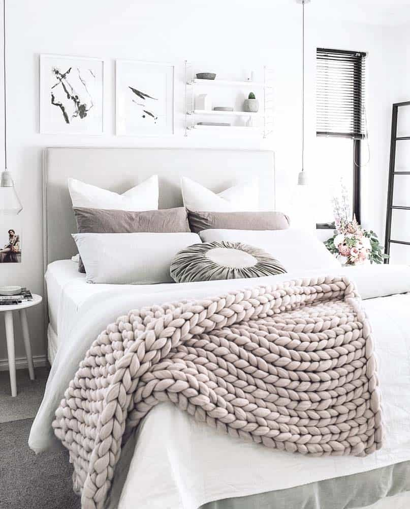 25 insanely cozy ways to decorate your bedroom for fall for Best way to decorate bedroom
