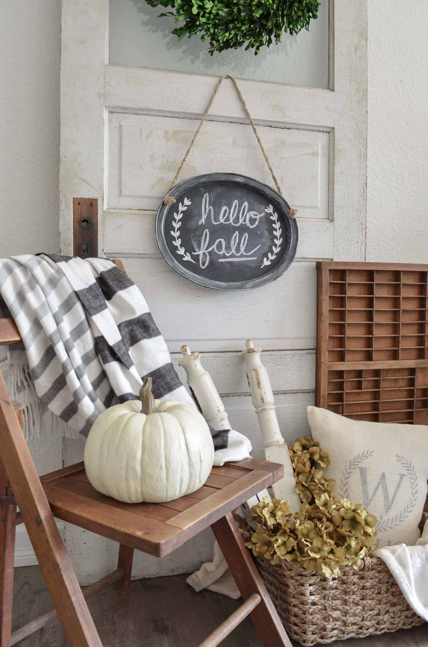 Farmhouse-Fall-Decorating-Ideas-08-1-Kindesign