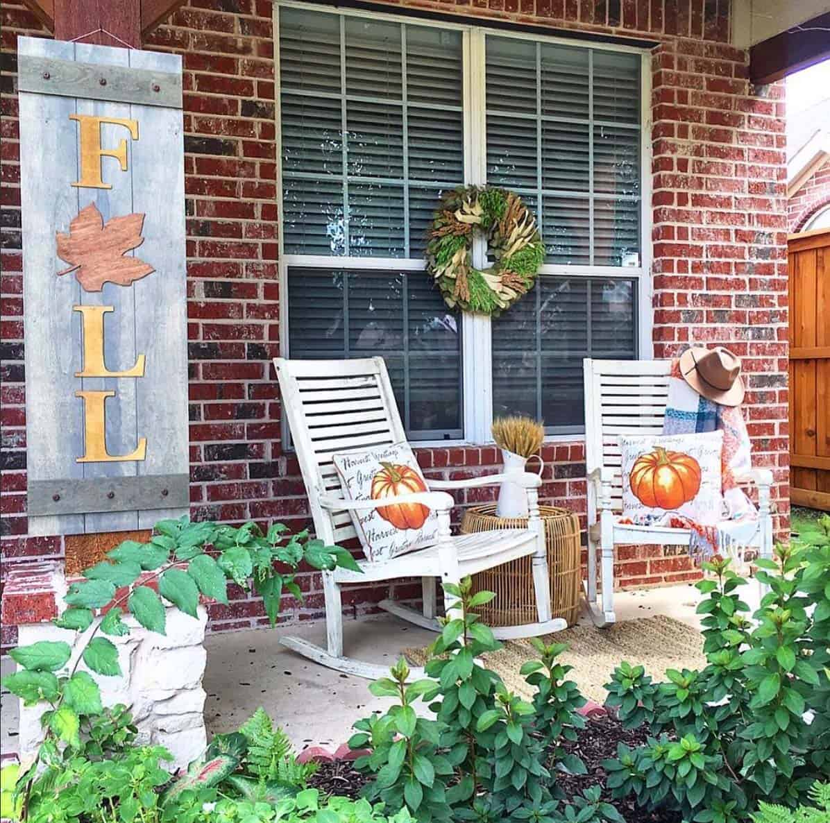 farmhouse-fall-decorating-ideas-10-1-kindesign