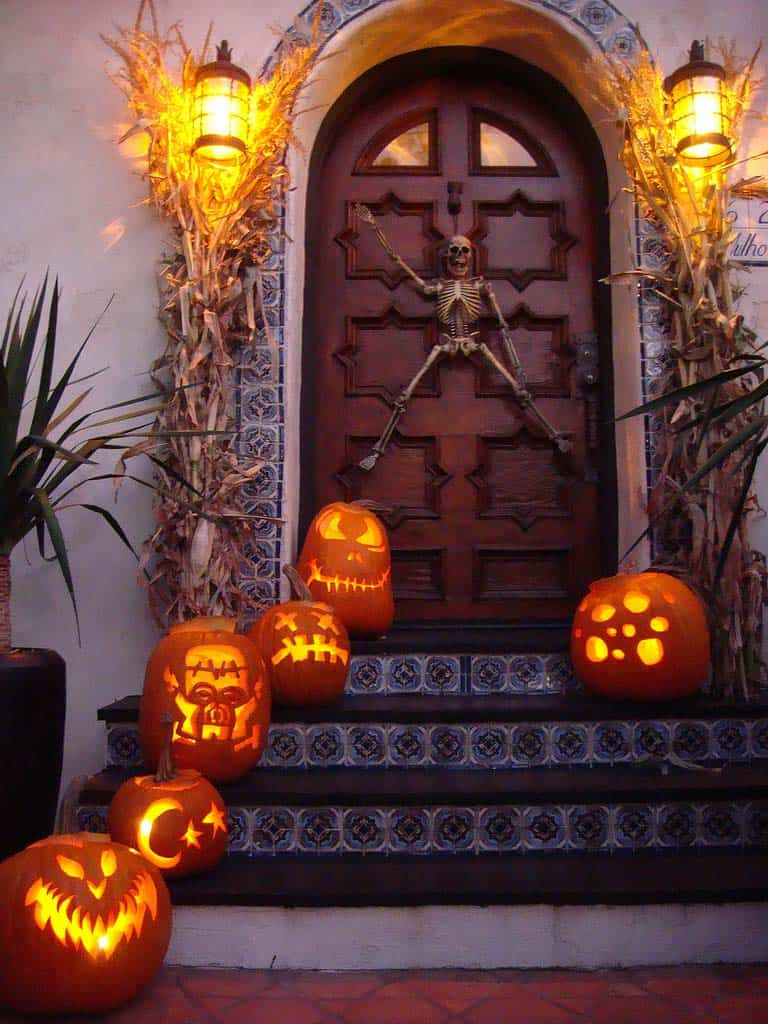 halloween-front-door-decorating-ideas-27-1-kindesign