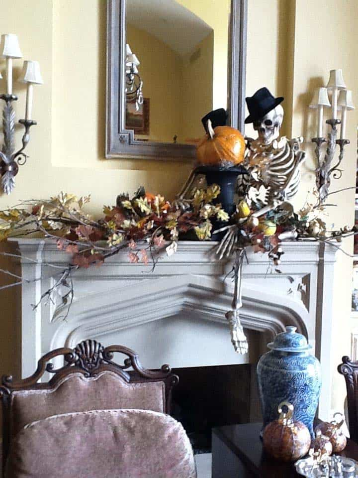 spooky-halloween-mantel-decorating-ideas-16-1-kindesign