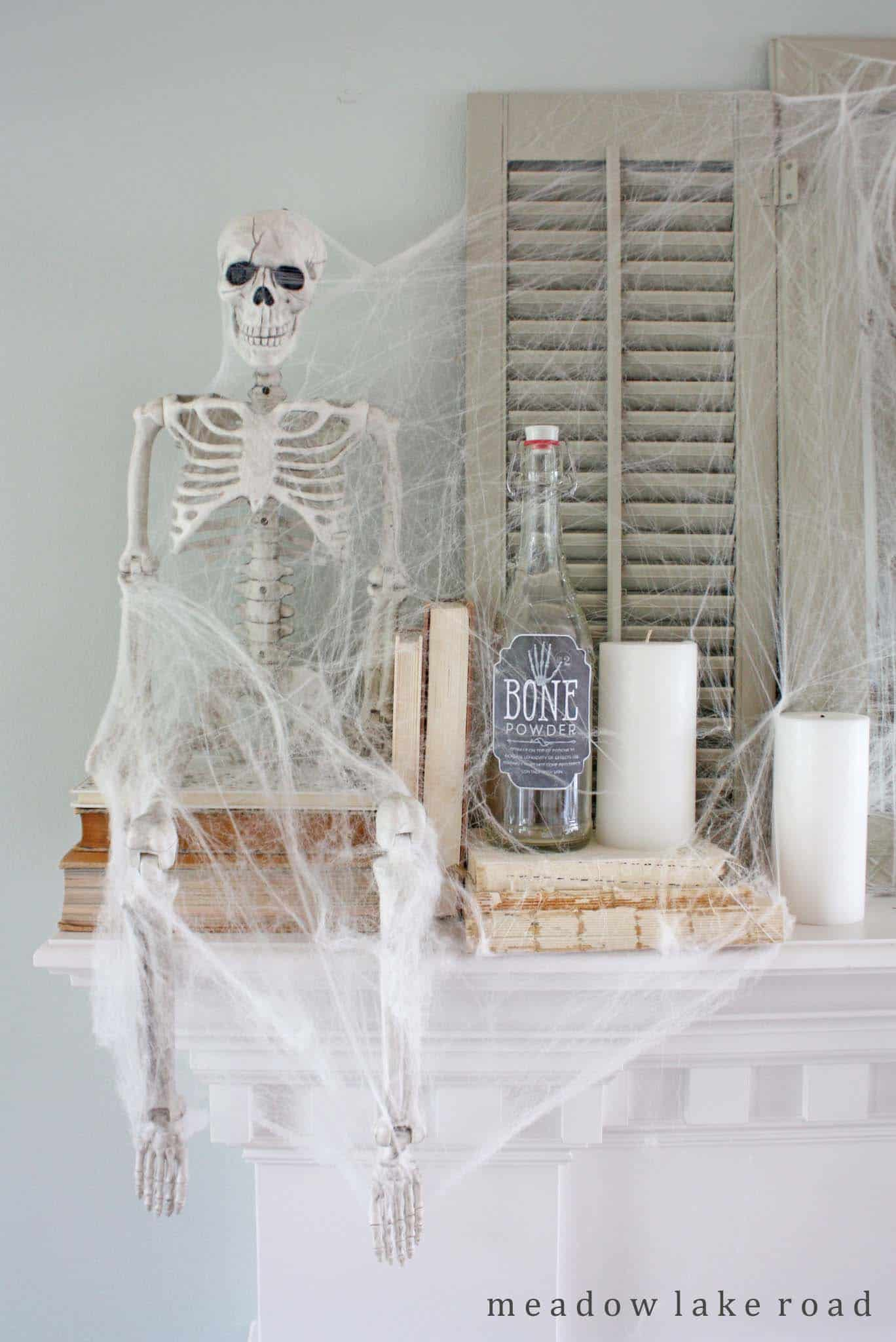 spooky-halloween-mantel-decorating-ideas-20-1-kindesign