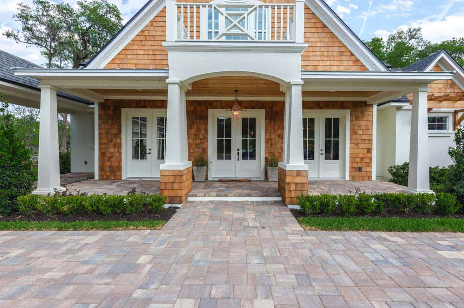 transitional-style-model-home-cottage-home-company-03-1-kindesign