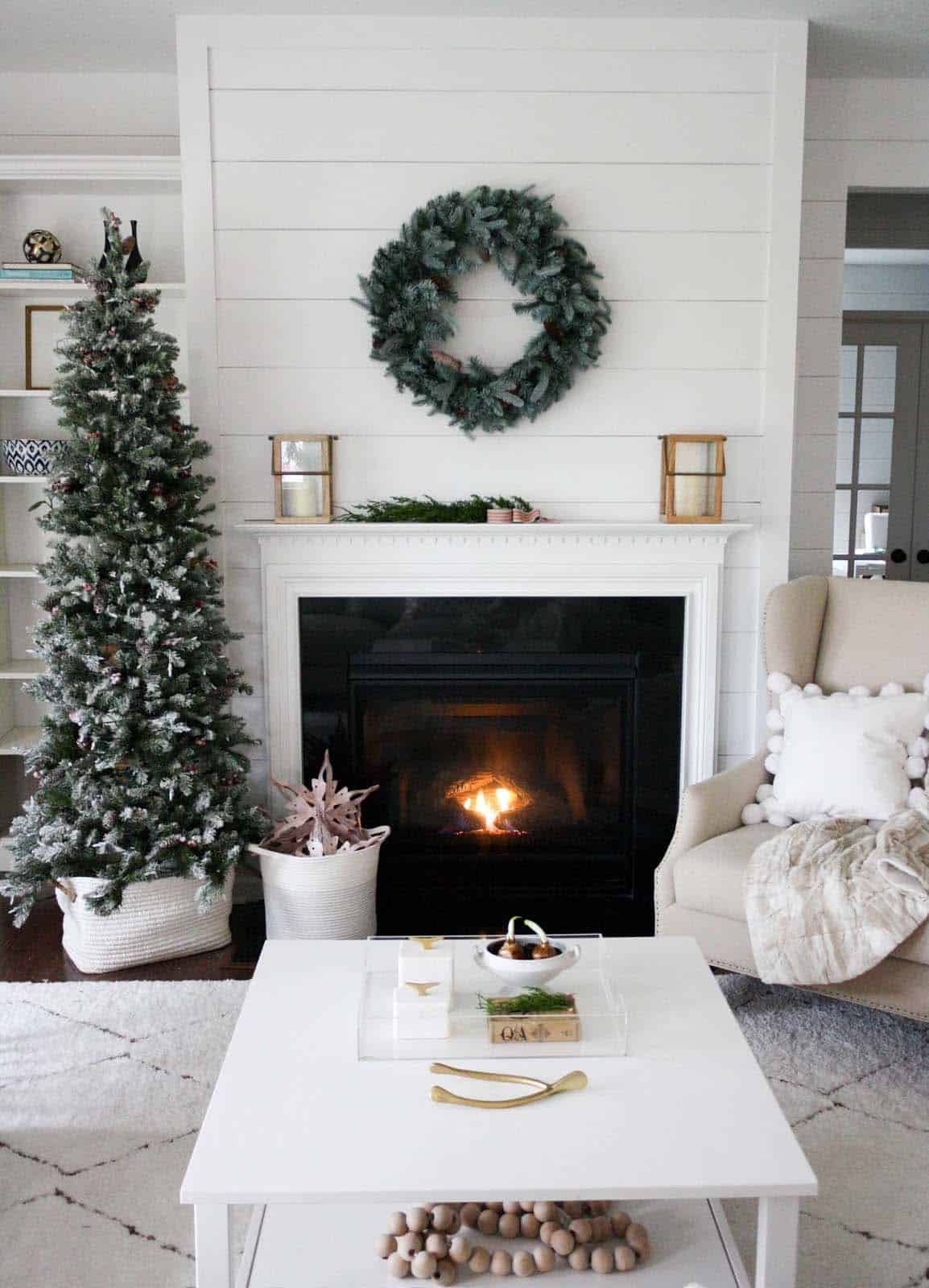 30 fabulous christmas decorated living rooms to inspire - Pictures of decorated living rooms ...