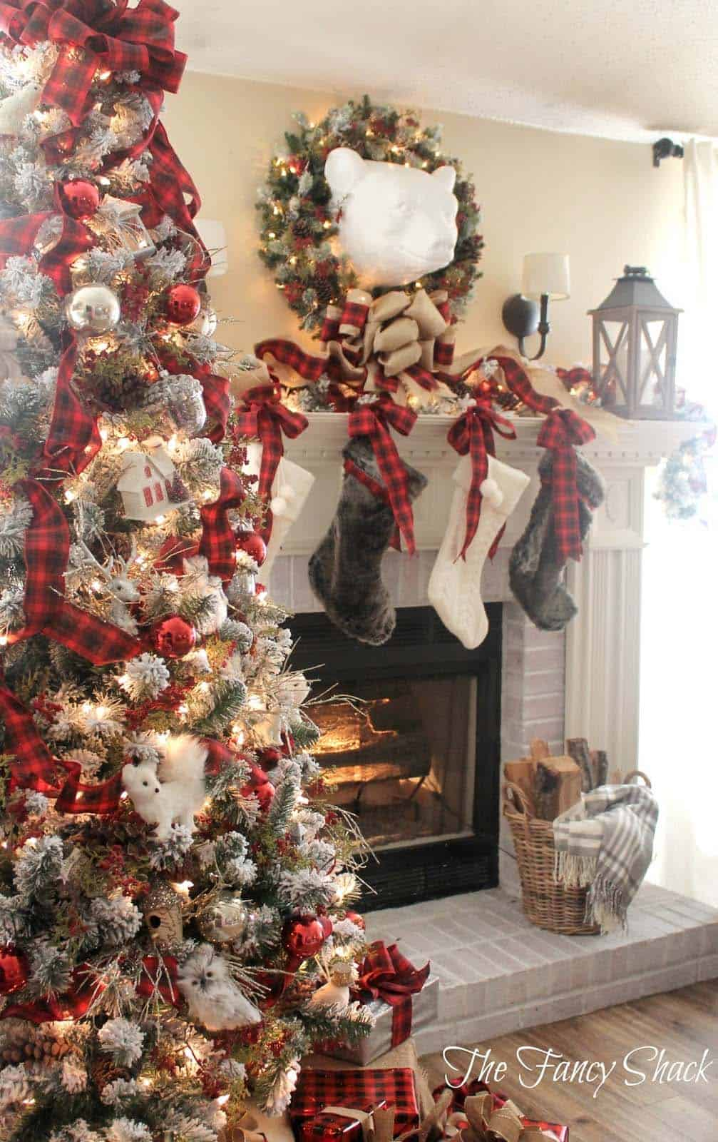 christmas-decorated-living-rooms-09-1-kindesign