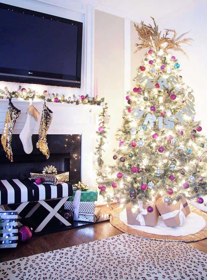 christmas-decorated-living-rooms-19-1-kindesign