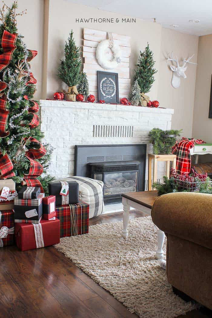 christmas-decorated-living-rooms-21-1-kindesign