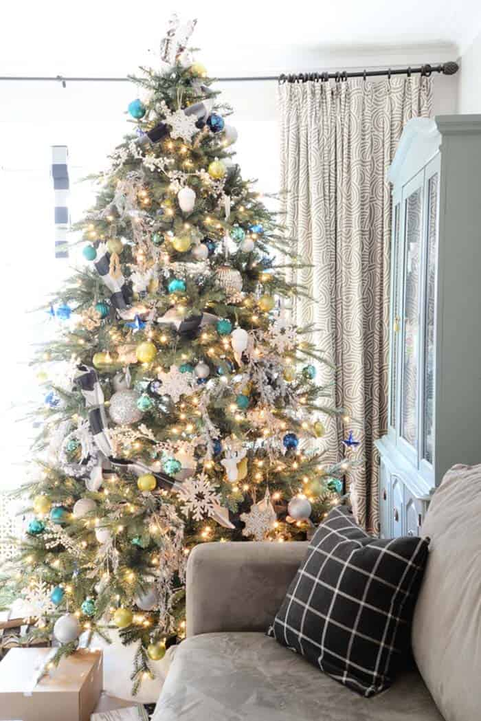 christmas-decorated-living-rooms-22-1-kindesign