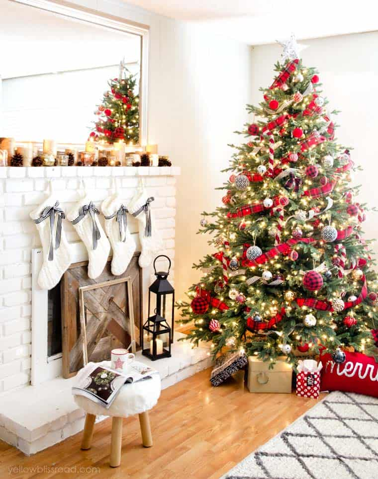 christmas-decorated-living-rooms-25-1-kindesign
