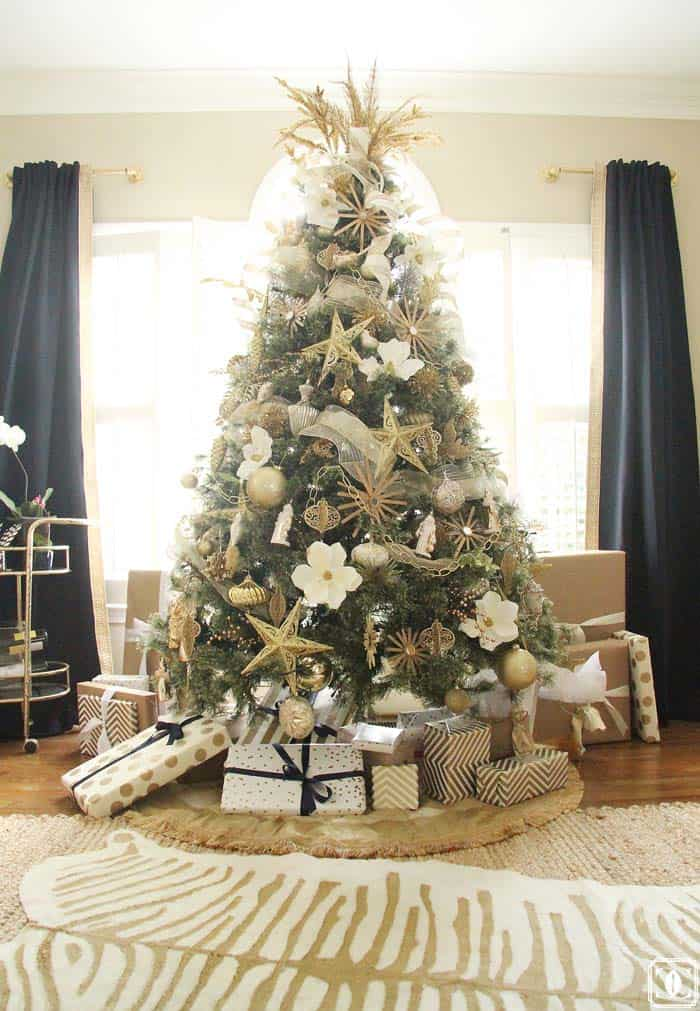 christmas-decorated-living-rooms-30-1-kindesign