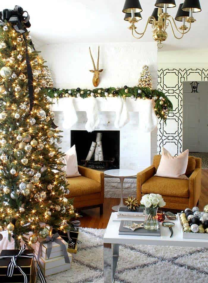 christmas-decorated-living-rooms-33-1-kindesign