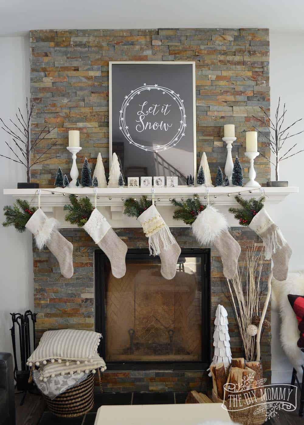 christmas-decorated-living-rooms-34-1-kindesign