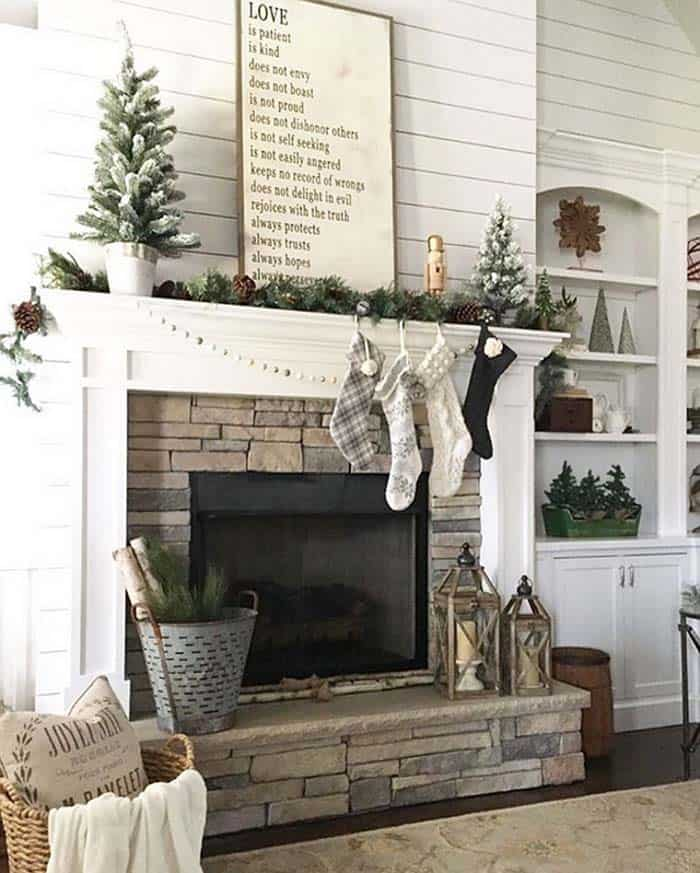 Christmas Decorated Living Rooms-35-1-kindesign