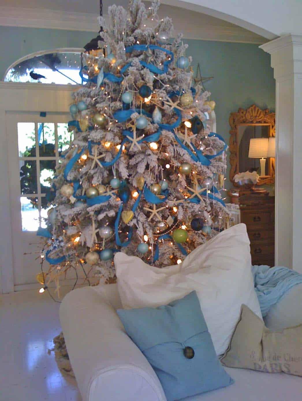 coastal-christmas-tree-decorating-ideas-10-1-kindesign