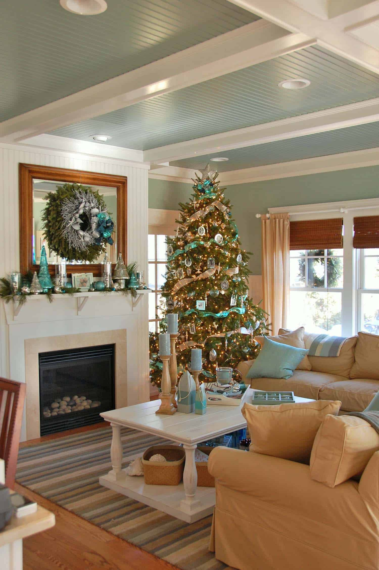 coastal-christmas-tree-decorating-ideas-22-1-kindesign