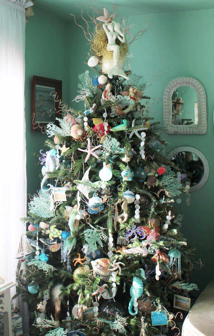 coastal-christmas-tree-decorating-ideas-26-1-kindesign