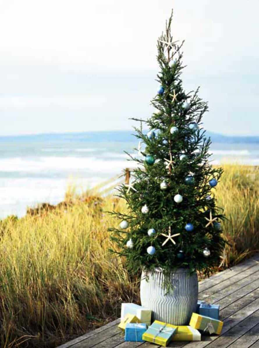 coastal-christmas-tree-decorating-ideas-30-1-kindesign