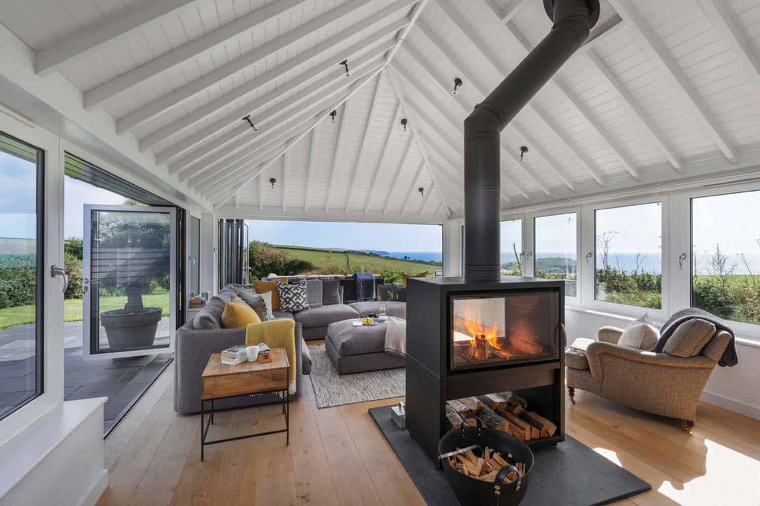 seaside-bungalow-renovation-woodford-architecture-03-1-kindesign
