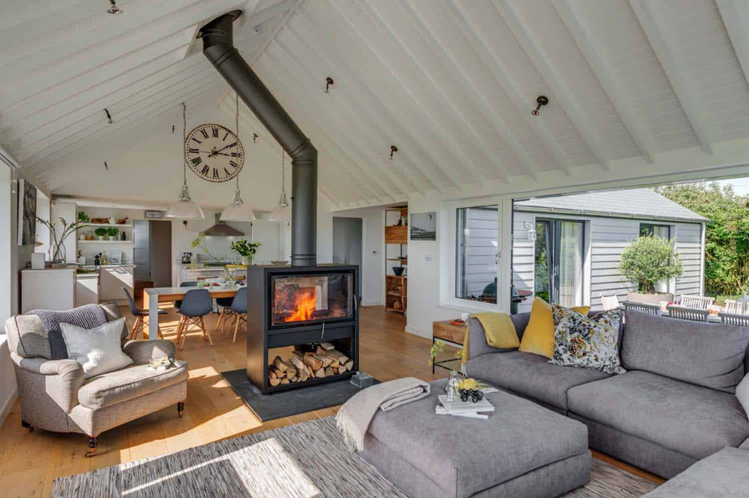 seaside-bungalow-renovation-woodford-architecture-05-1-kindesign