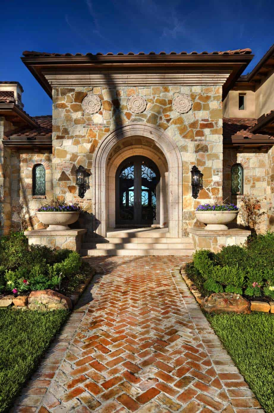 tuscan-transitional-home-jauregui-architecture-03-1-kindesign