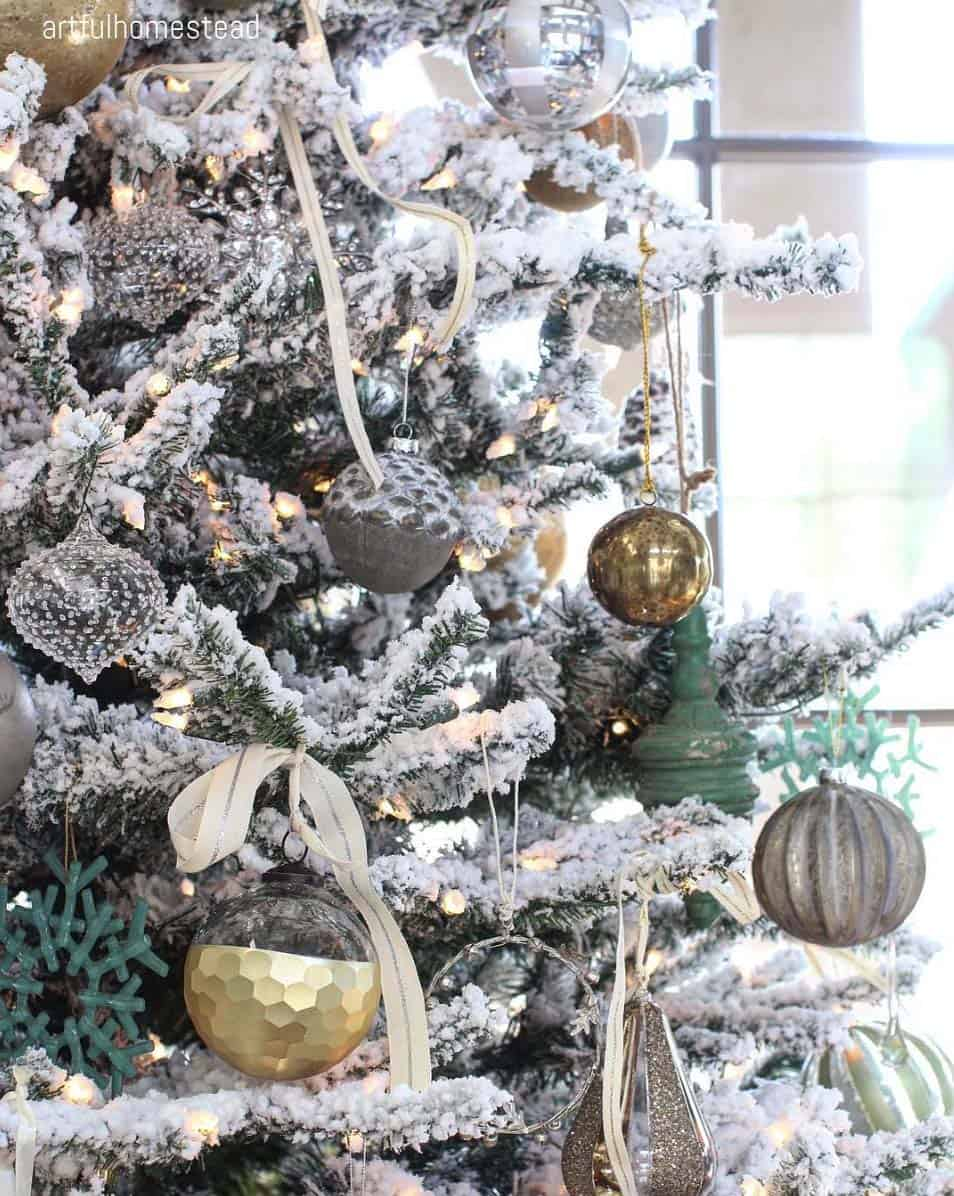 cozy-christmas-decorated-homes-04-1-kindesign