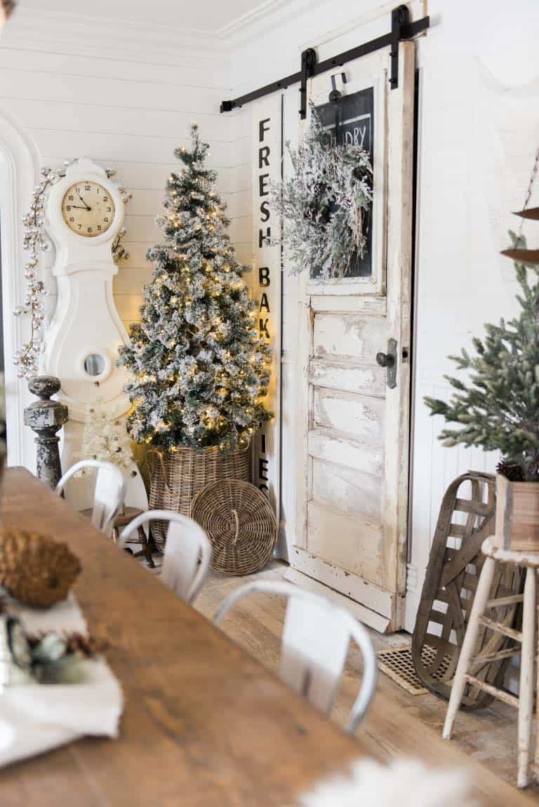 cozy-christmas-decorated-homes-41-1-kindesign
