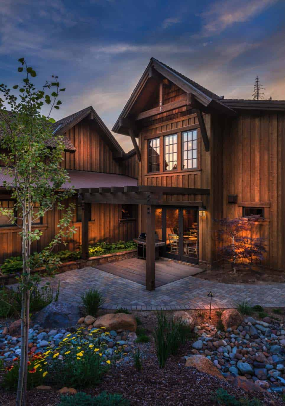 Exquisitely designed rustic lakeside home in the nevada for Custom rustic homes