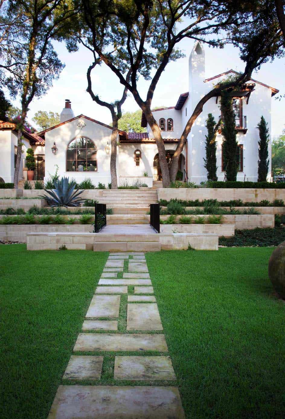 Mediterranean Style Home-Ryan Street Associates-01-1 Kindesign
