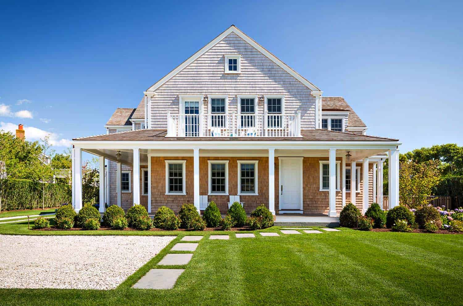 Shingle style house with beach chic interiors on nantucket for Nantucket shingle style