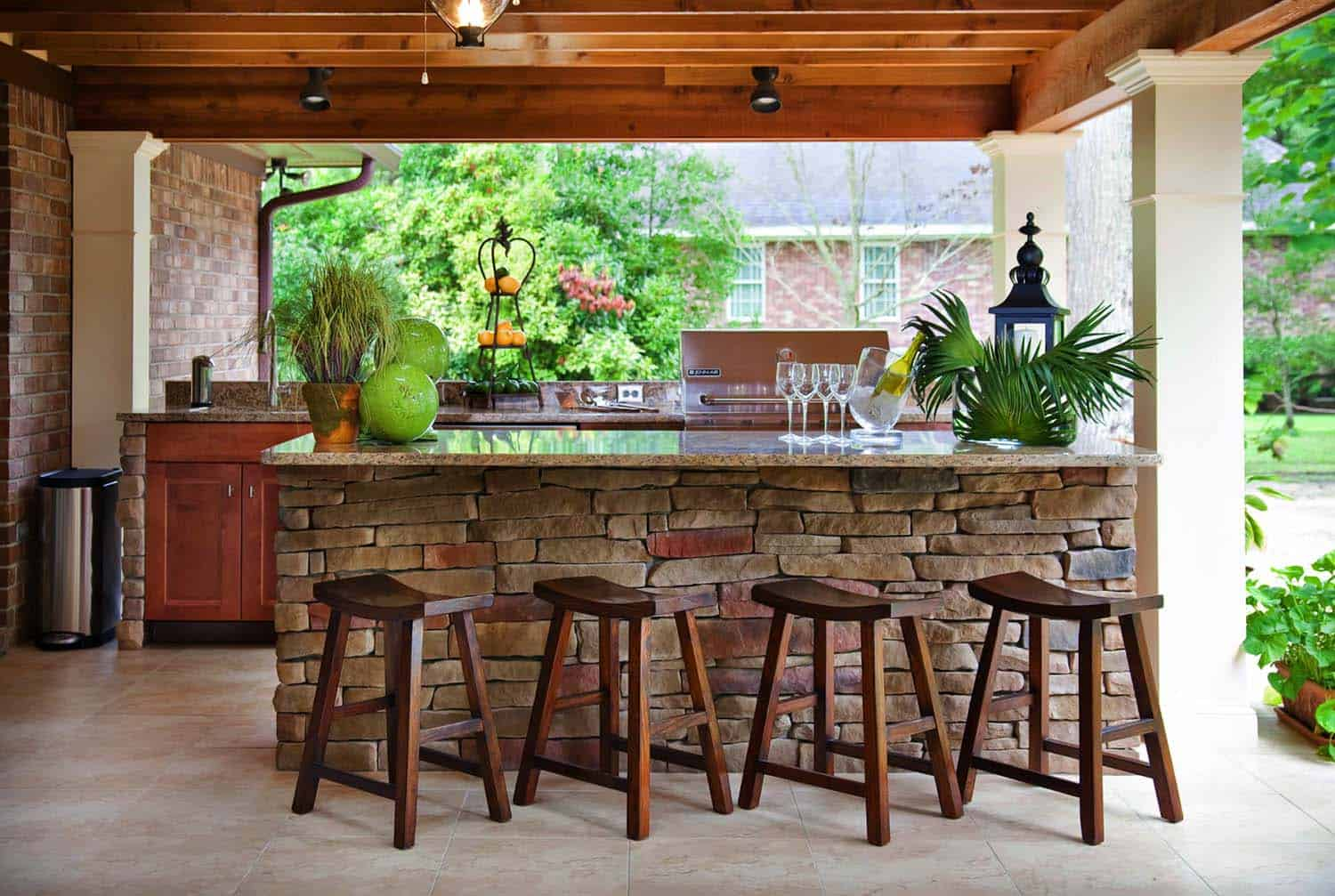 20 spectacular outdoor kitchens with bars for entertaining for Entertaining kitchen designs