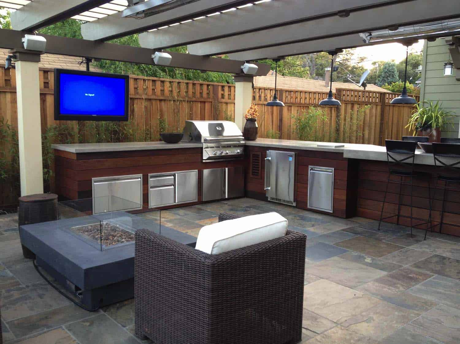 20 spectacular outdoor kitchens with bars for entertaining for Easy outdoor kitchen designs